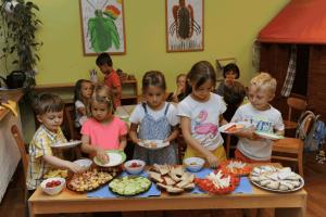 Kinder essen gemeinsam